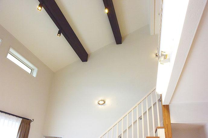 勾配天井やおしゃれな梁も開放感をまします