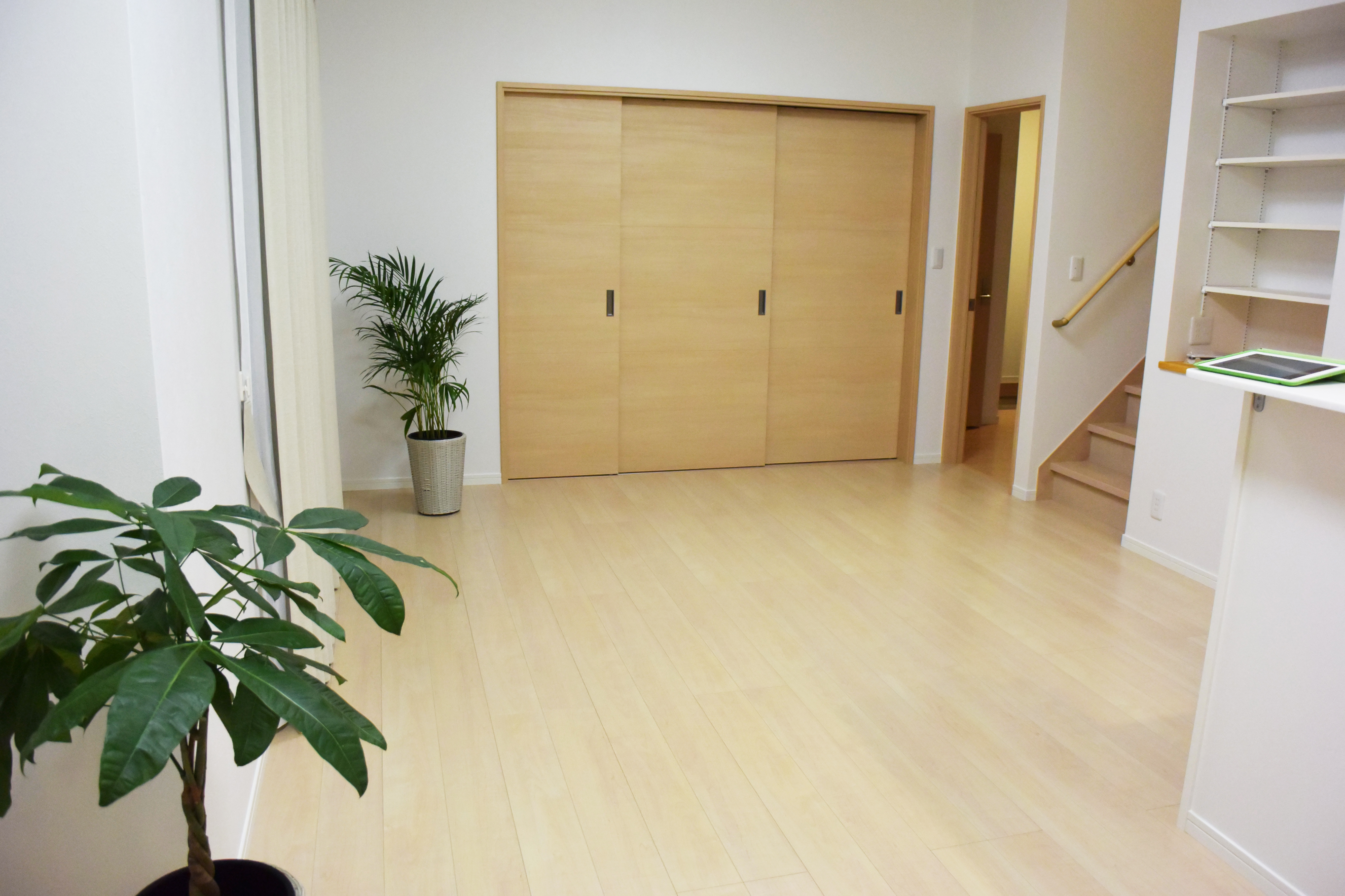 奥の和室の扉を引き込めばさらに開放感が増します