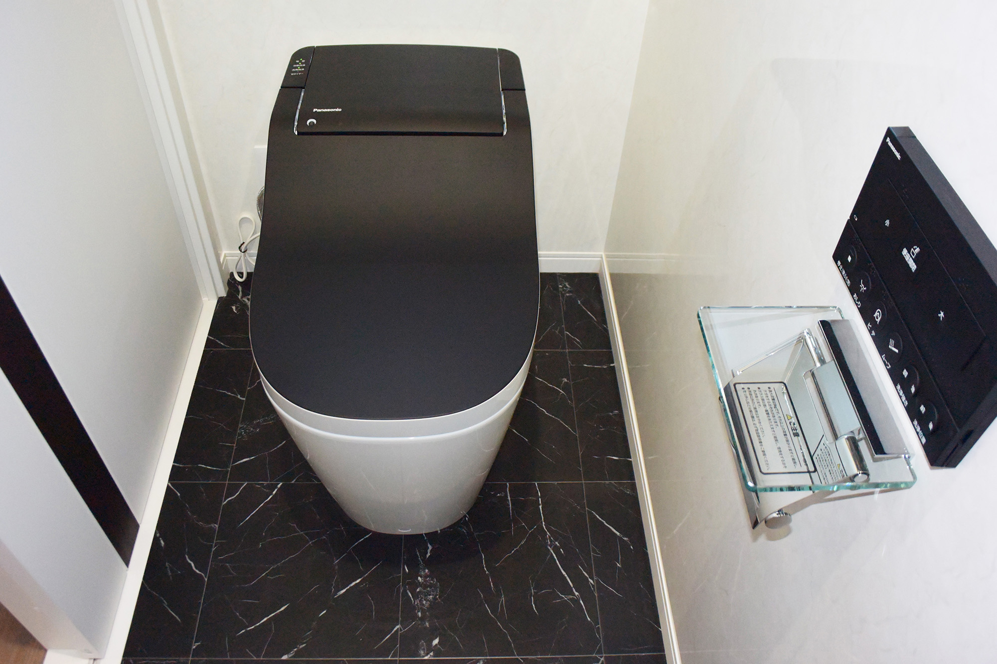 トイレの壁面はお掃除がしやすいタフウオールです。