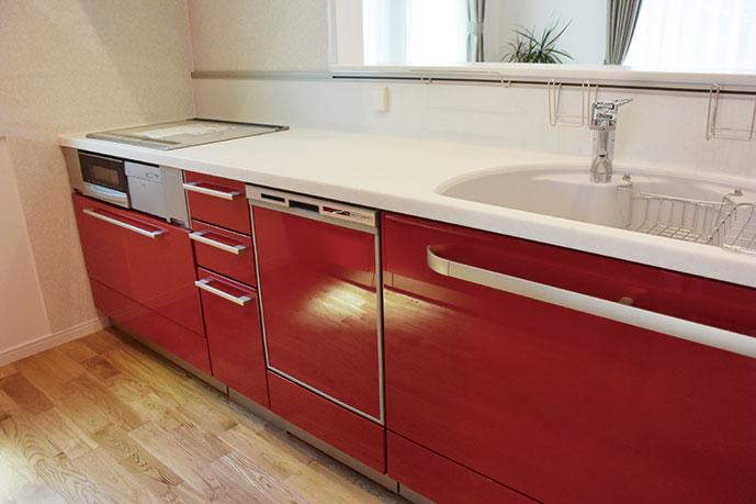 鏡面仕上げの真っ赤なキッチンが素敵です