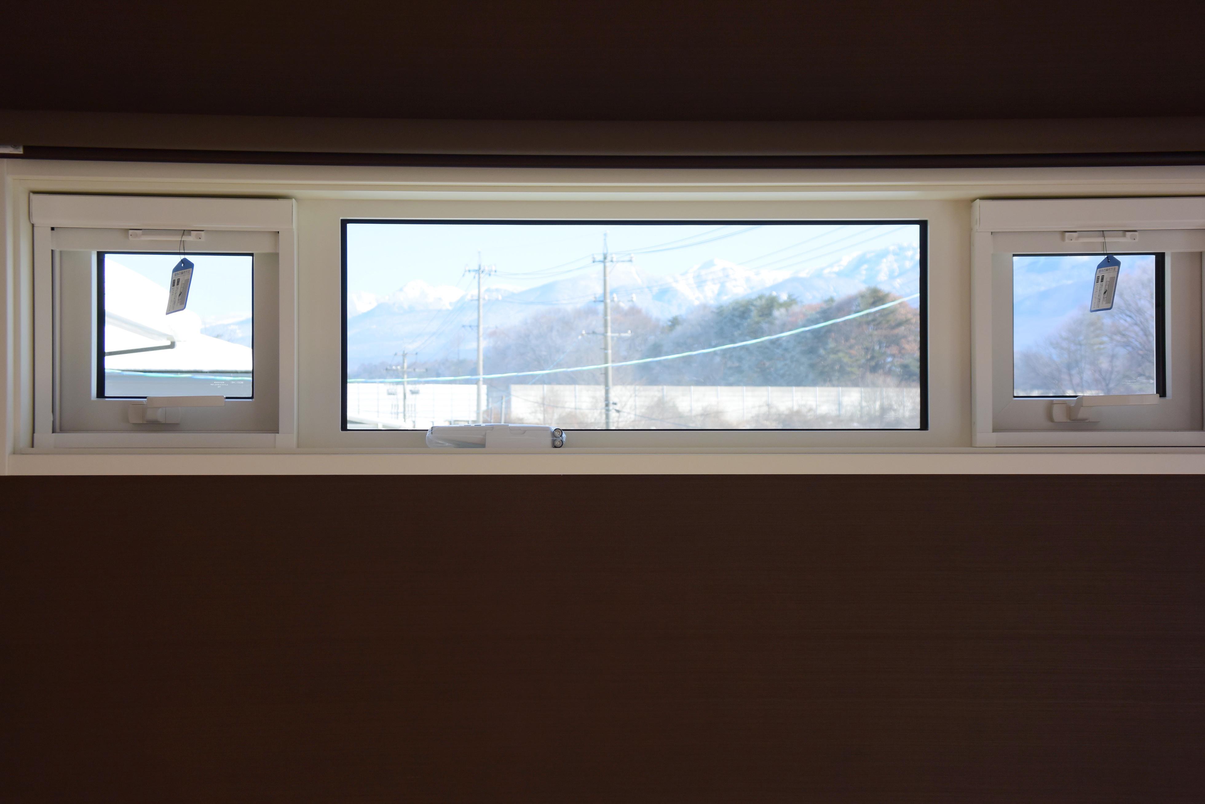主寝室の明かり取りからは八ヶ岳の絶景の眺め