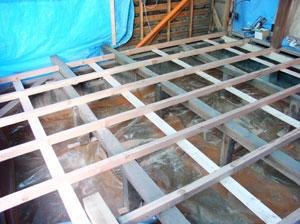床、壁、天井をはがし 床下の湿気上がりを押さえ る防湿シートを施工