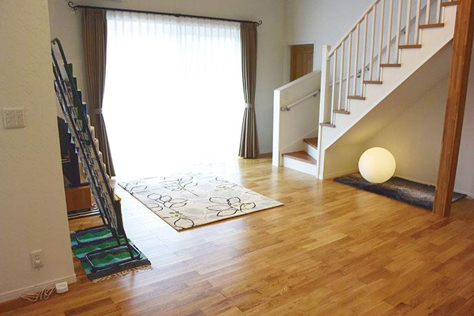無垢のナラ床材を使用。暖かみがあります