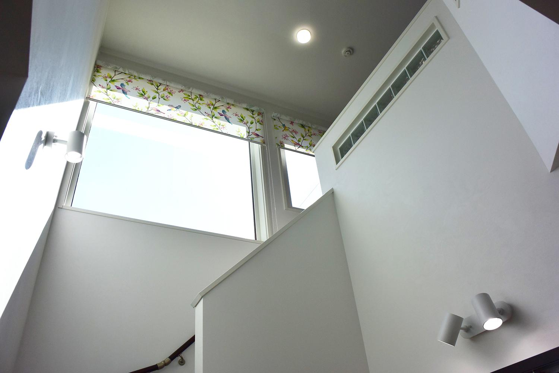 大きな窓と吹き抜けで更に開放的な空間を演出する階段回り