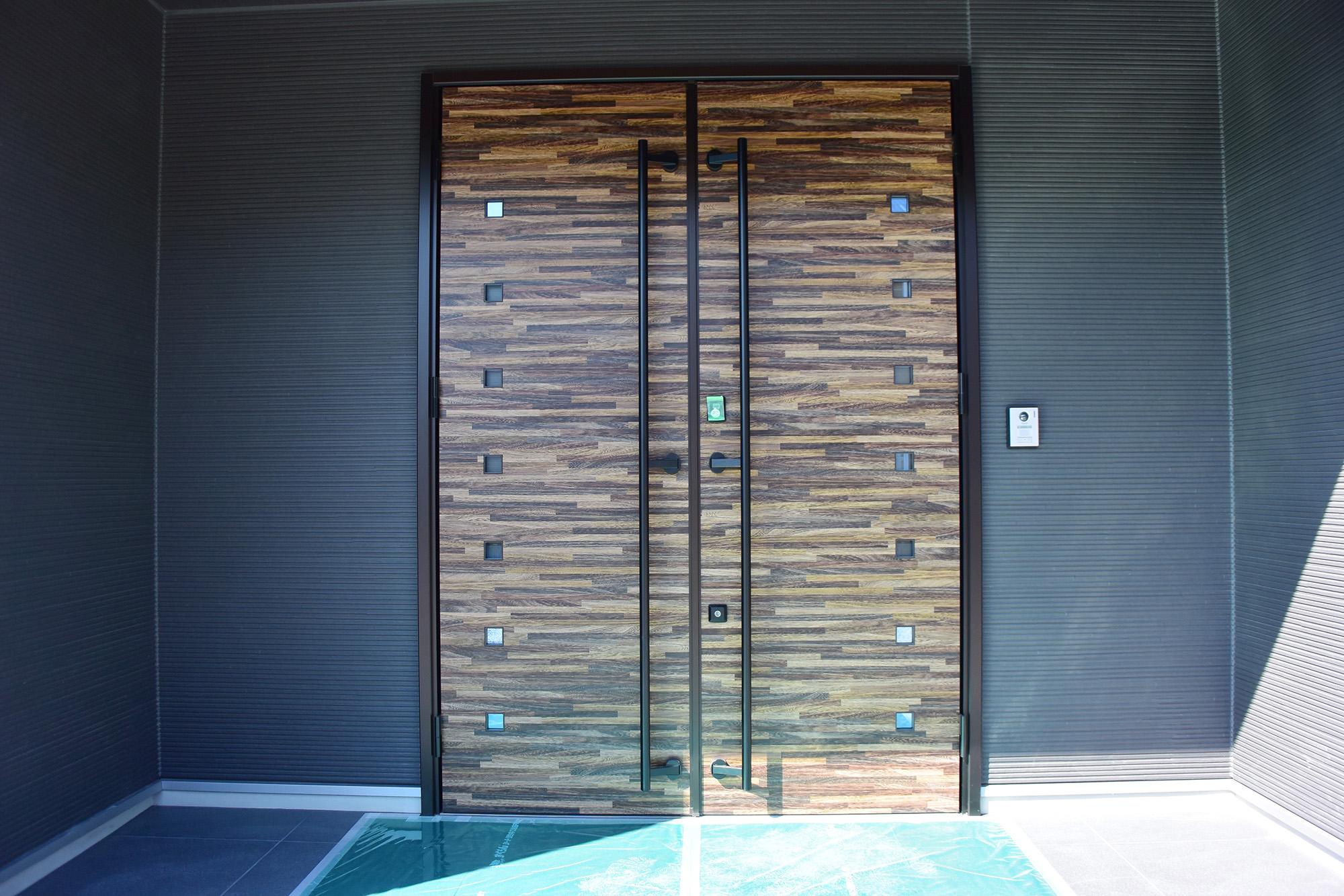 玄関扉は両面開きとなっています。