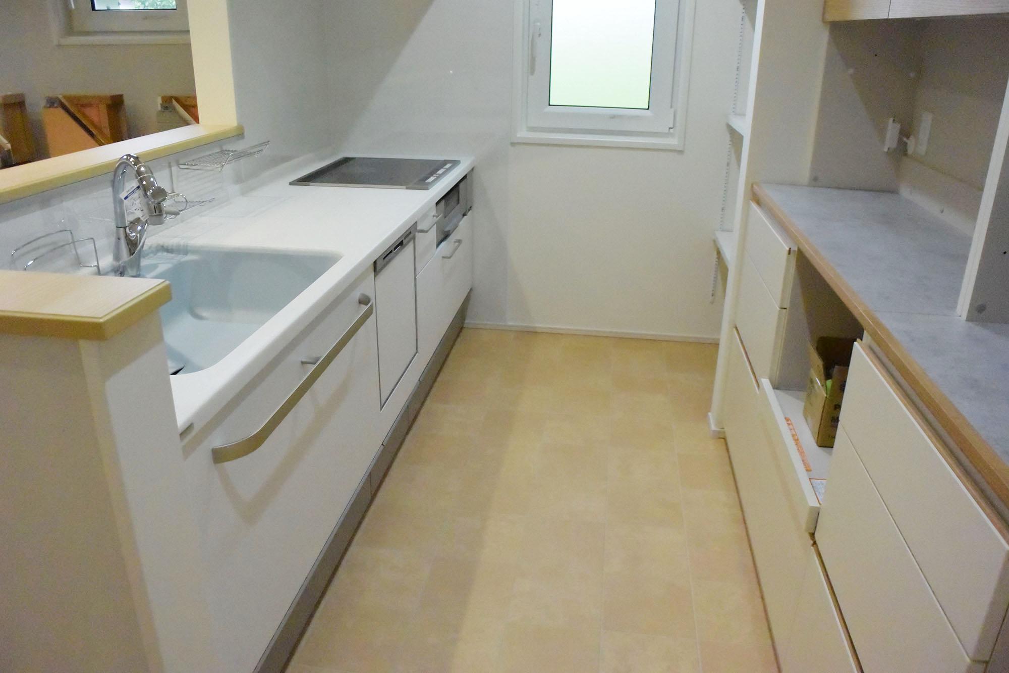 ホワイトで統一された清潔なキッチンスペース。