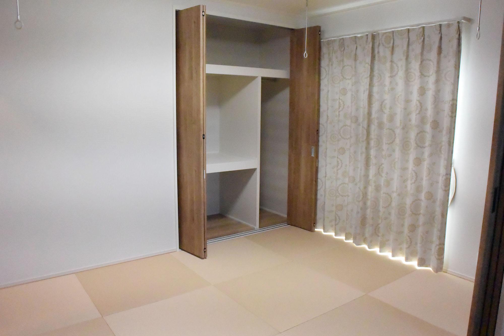 正方形の琉球畳のハイセンスな和室。