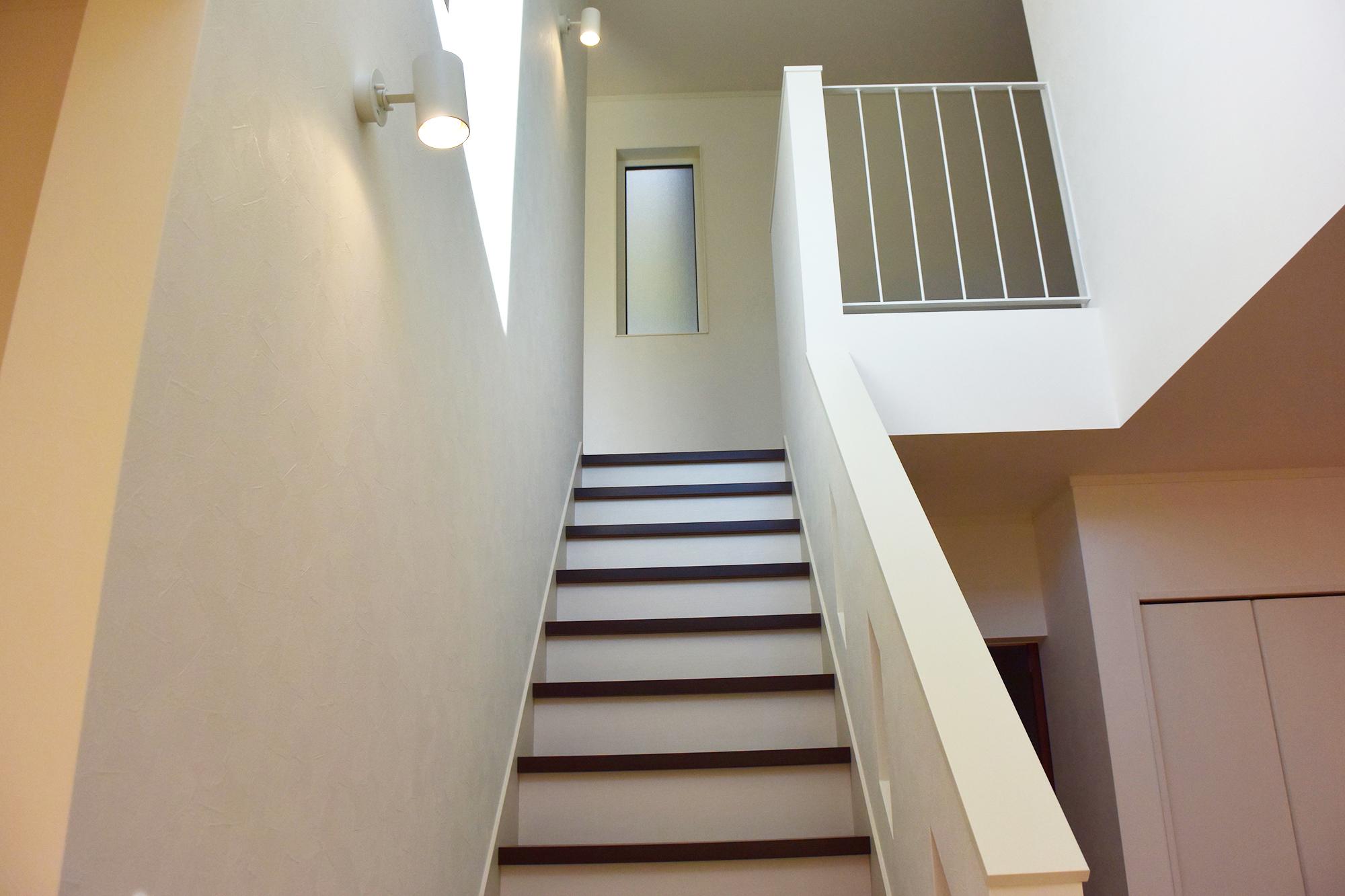 開放的な吹き抜けをオシャレな階段で上がっていきます。