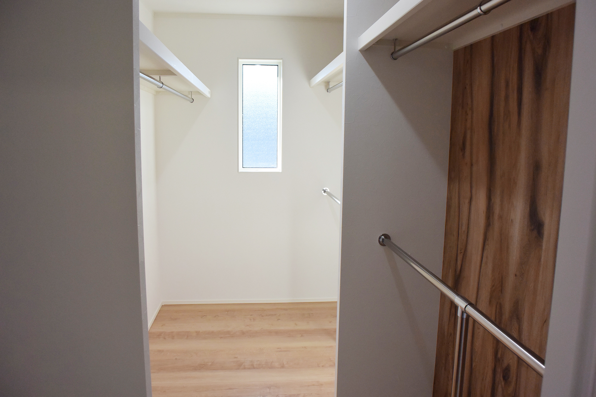 寝室に接する、大収納のWIC。たくさん収納できる上に使い勝手が良いように作られています。