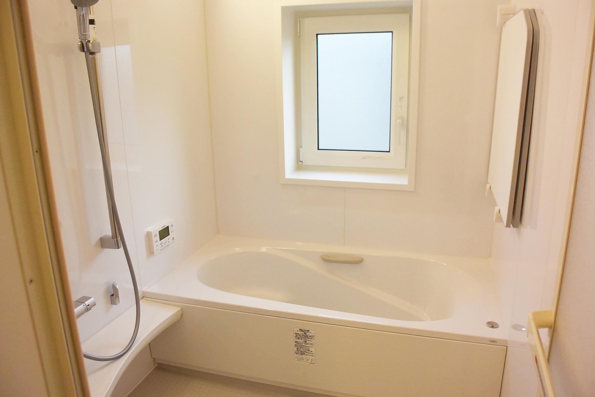 1F浴室。心地よいLIXILアライズのシステムバスルーム。