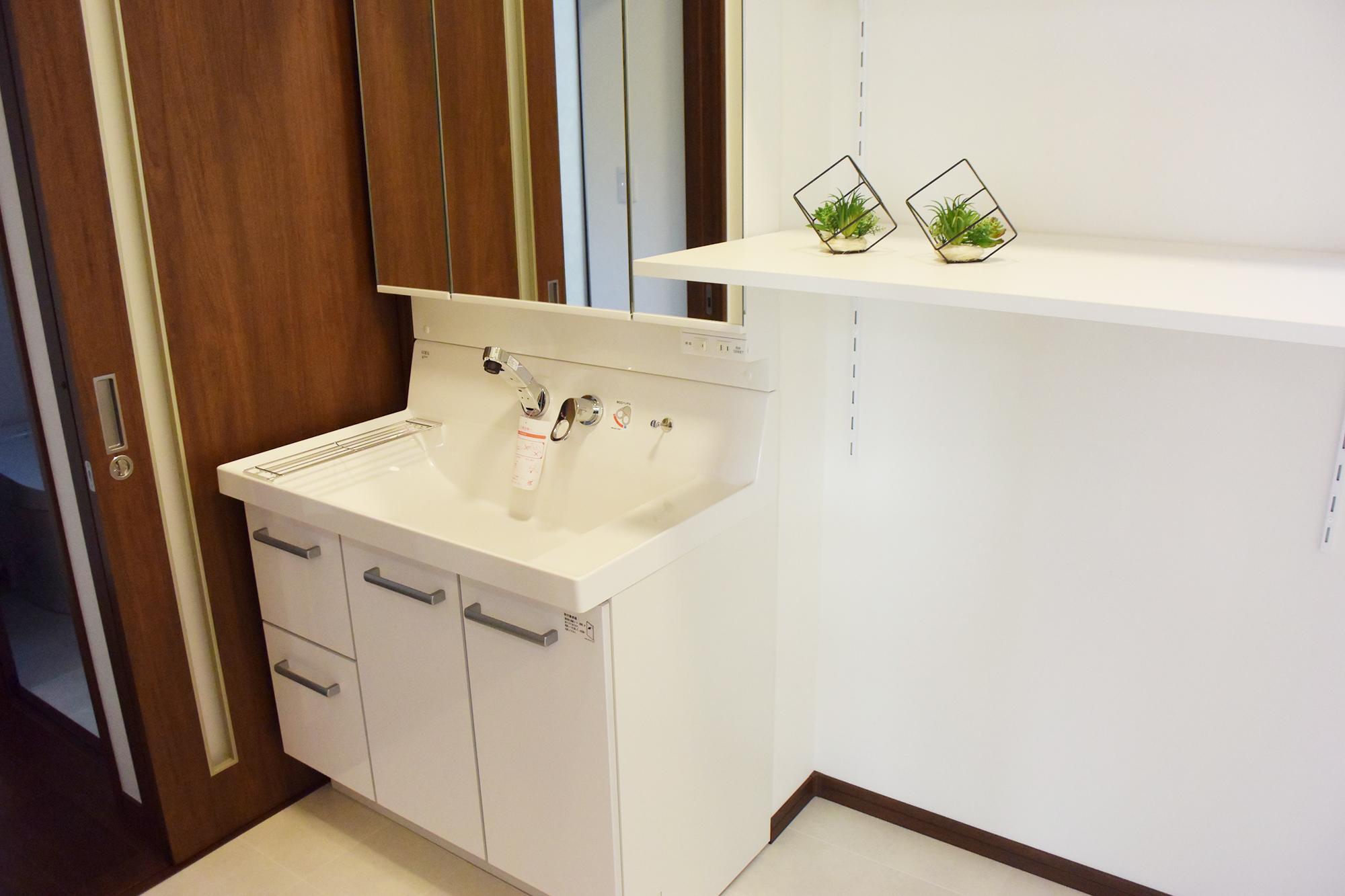 十分な広さが確保された1F洗面スペースには、使い勝手の良いカウンターも設置されました。