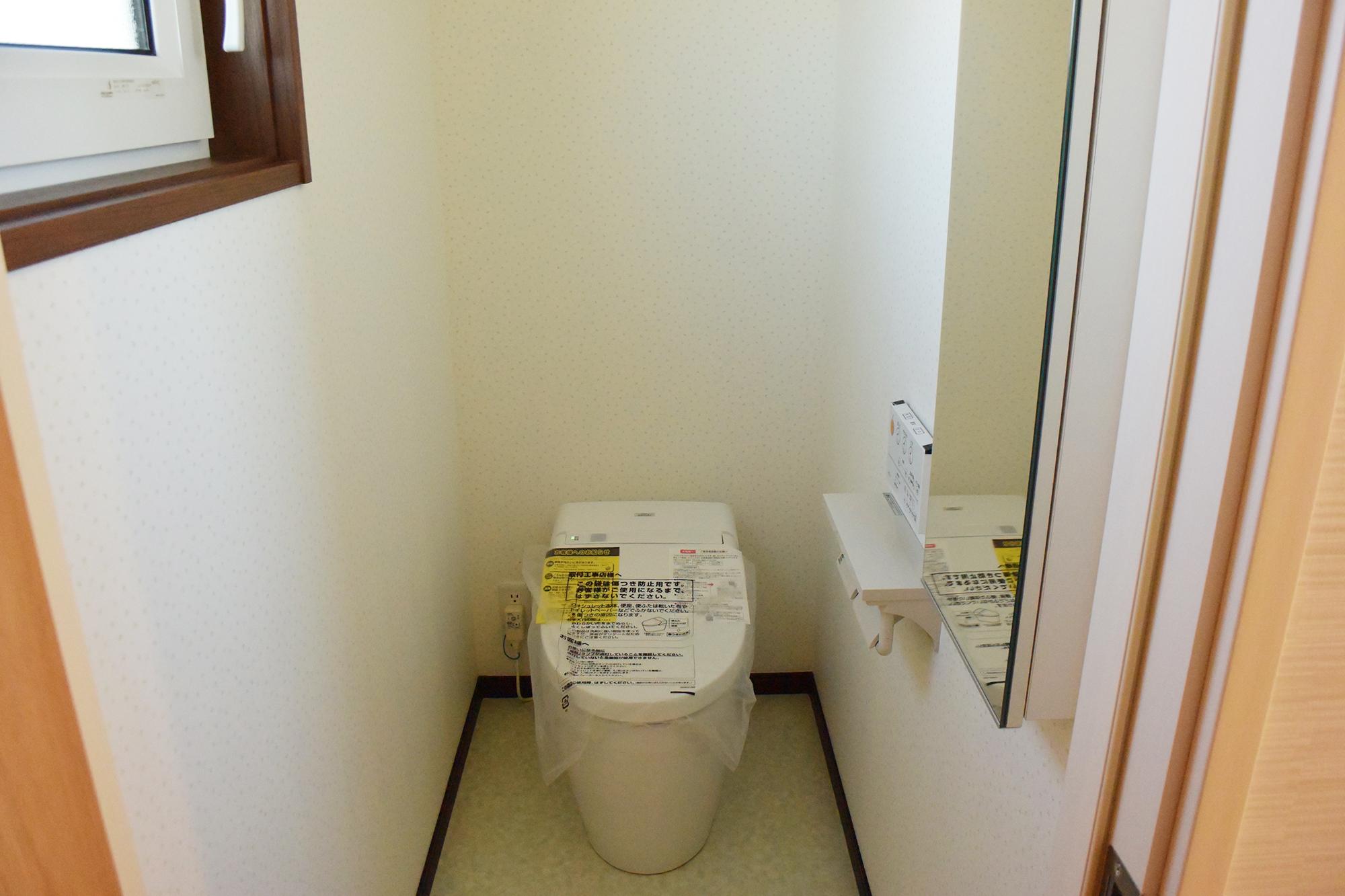 1Fのトイレにはミラーも取り付けられました。細かいところにも工夫が行き届いています。