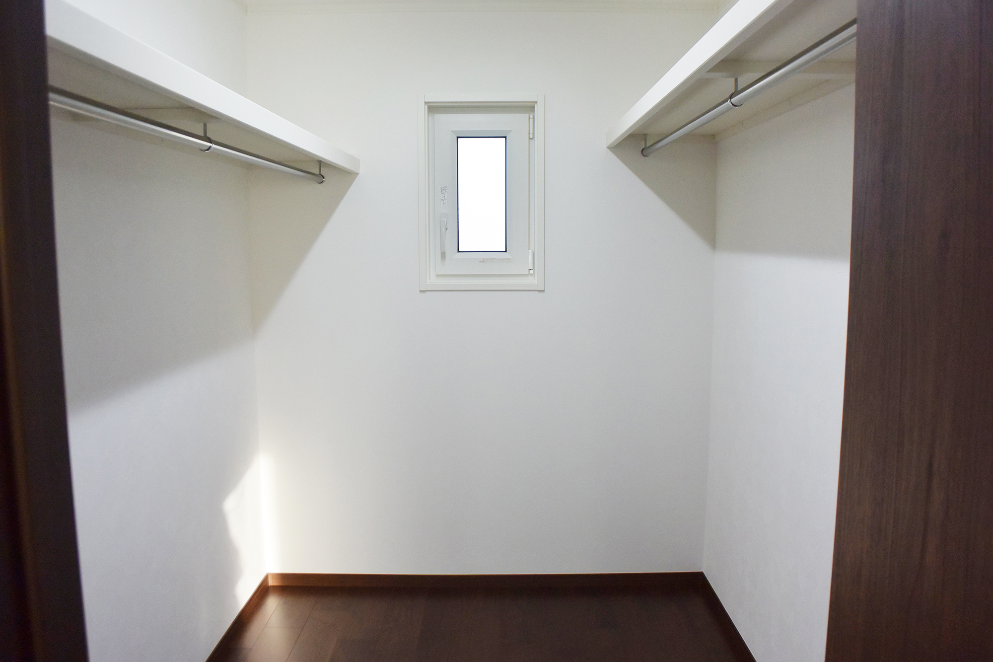 主寝室に接して広々としたWIC、納戸などが配置されています。