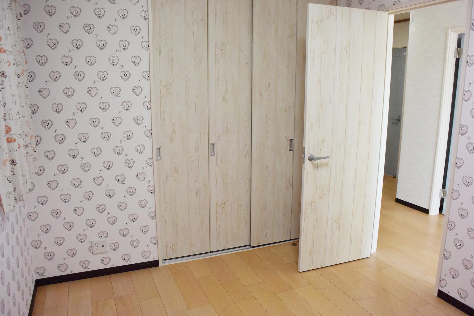 2F、二部屋ある子供室。建具も壁紙もとても可愛いくて素敵です。