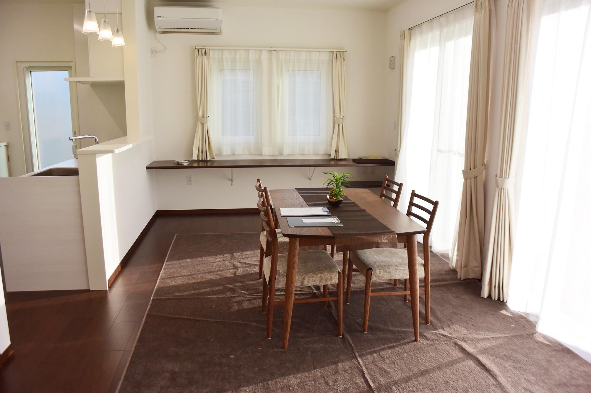広々とした20帖の LDK。天井も高いので、圧倒的な開放感を味わえます。床下暖房は温床工法となっているので、床もあったかです。