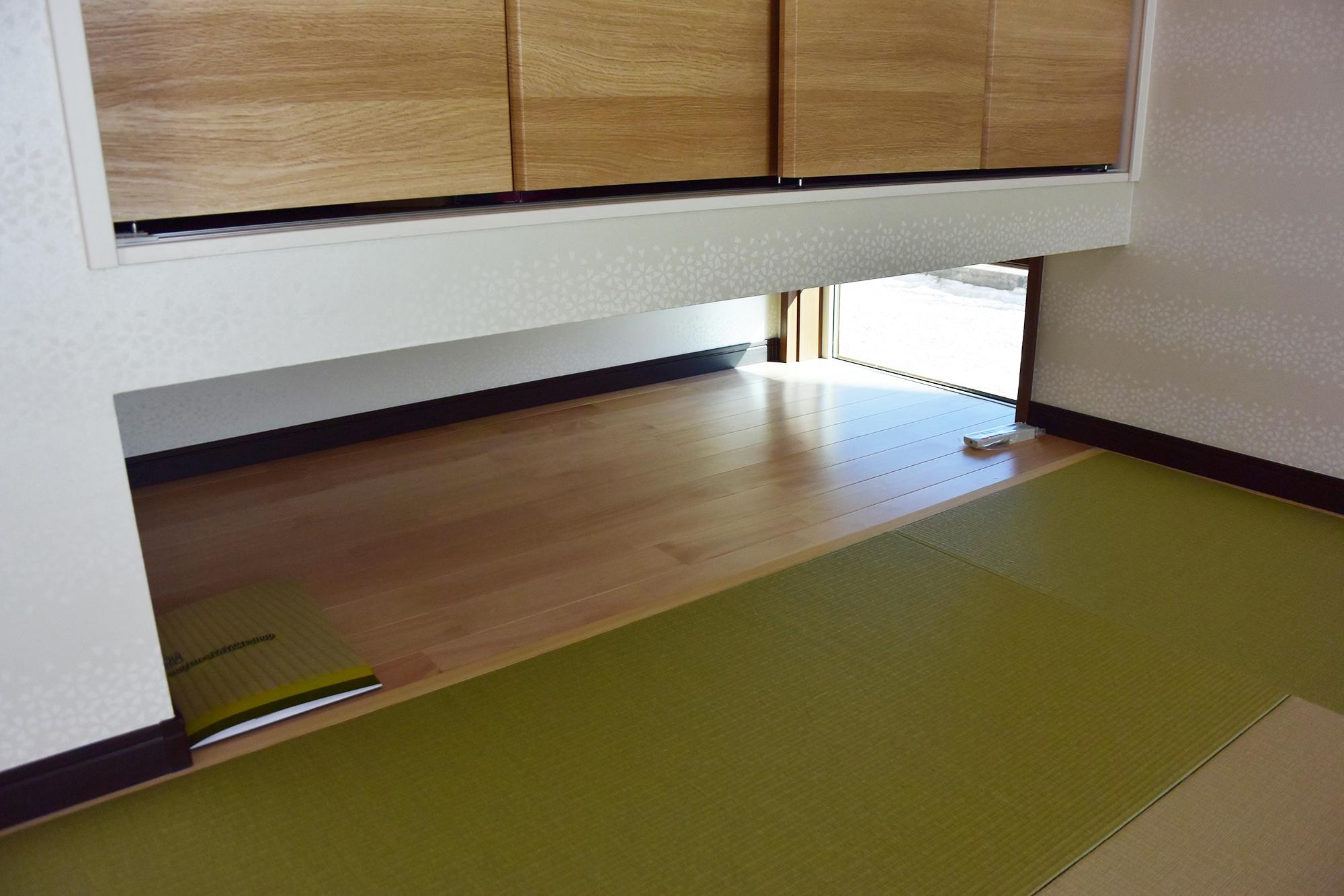 和室にはおしゃれな吊押入れが設置されました。押入れの下はさくらの床となっています。