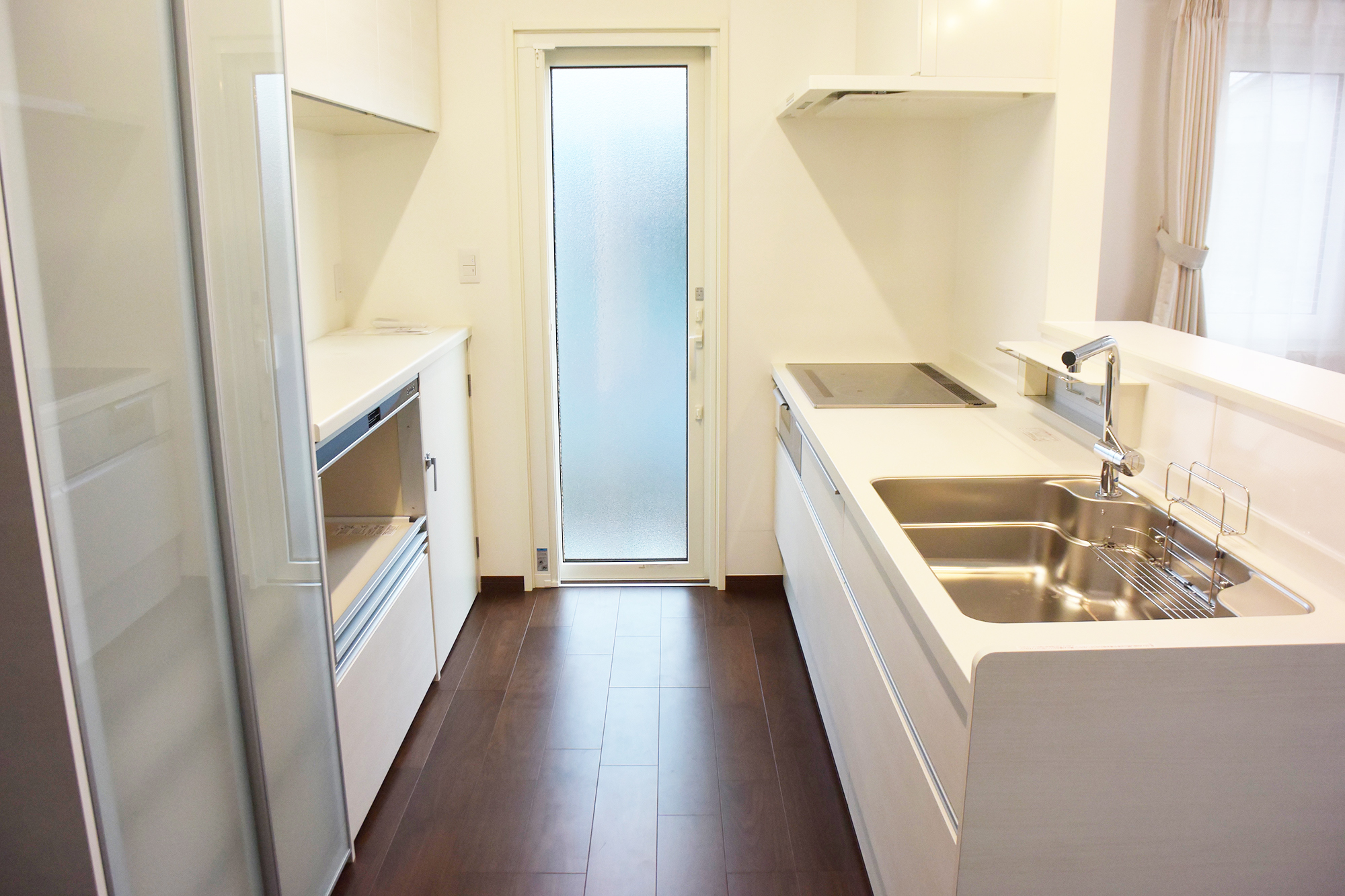 お揃いのウォールキャビネットも配置され清潔で素敵なキッチンスペースとなっています。