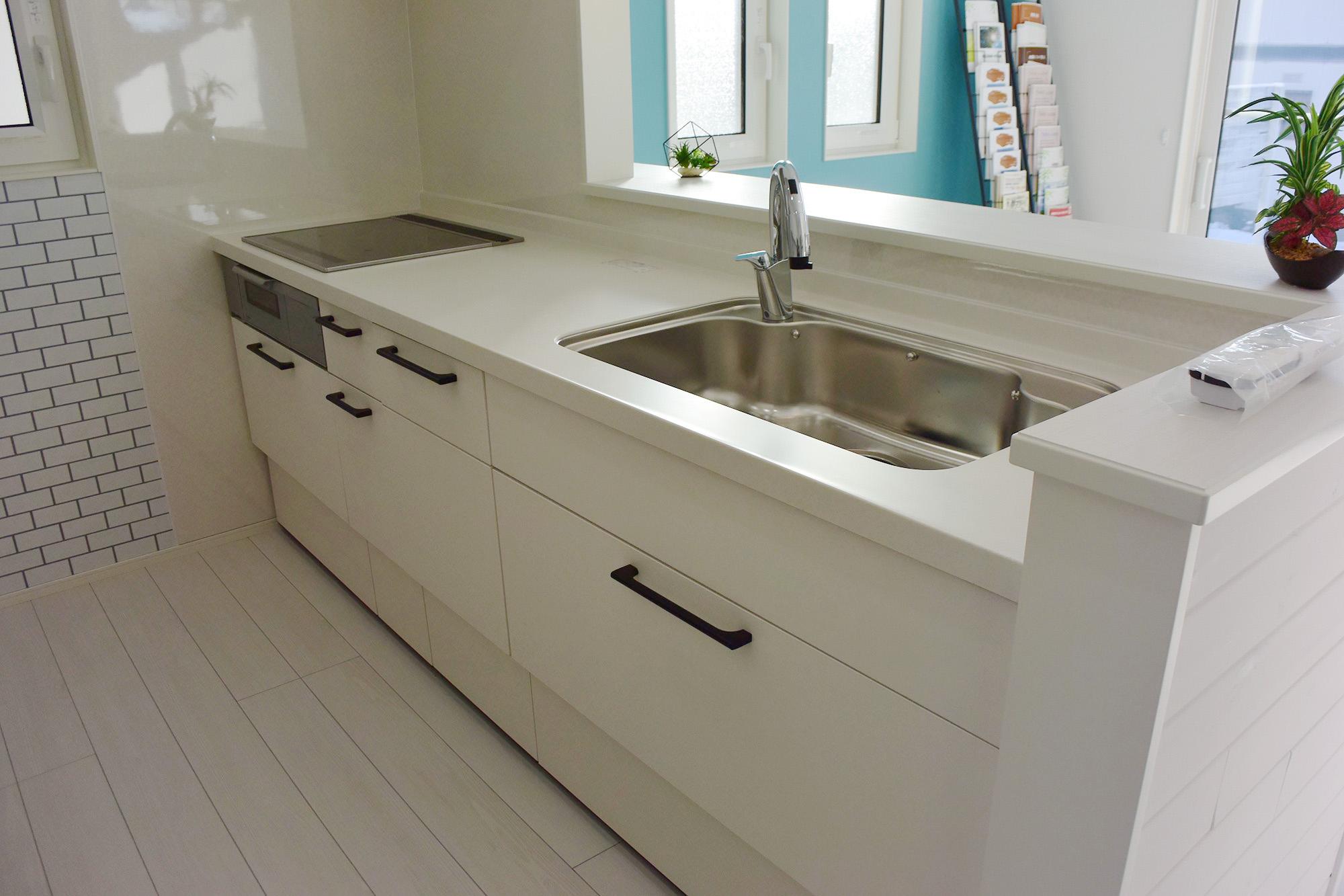 壁や床にもマッチしたセンスの良い色合いのLIXILのキッチン。