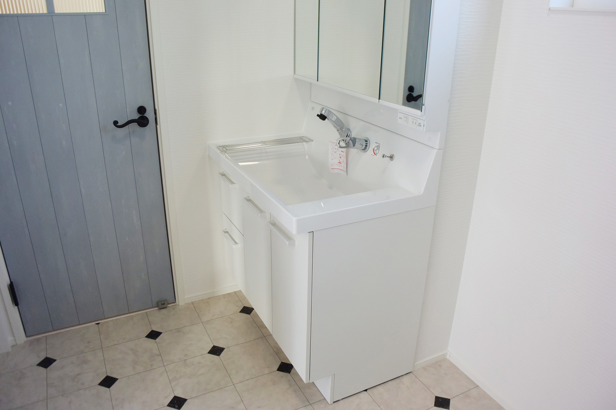 1F洗面スペース。扉もとっても可愛いです。
