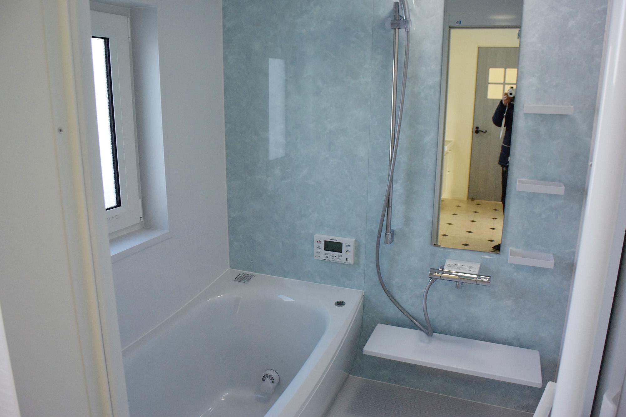 ゆったりくつろげる広々バスルーム。水回りの動線も工夫されています。