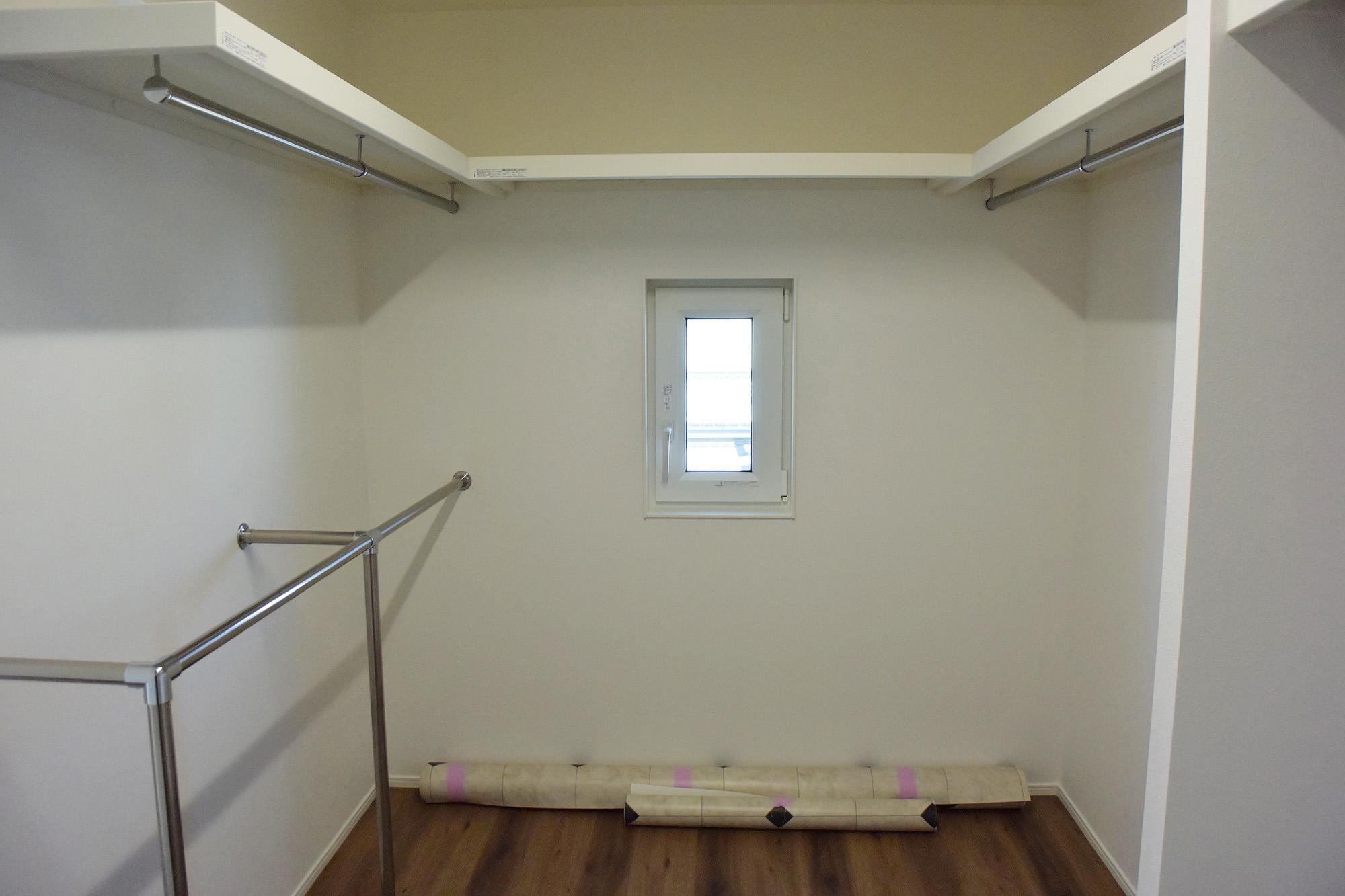 2F、主寝室奥にはワイドなWIC。