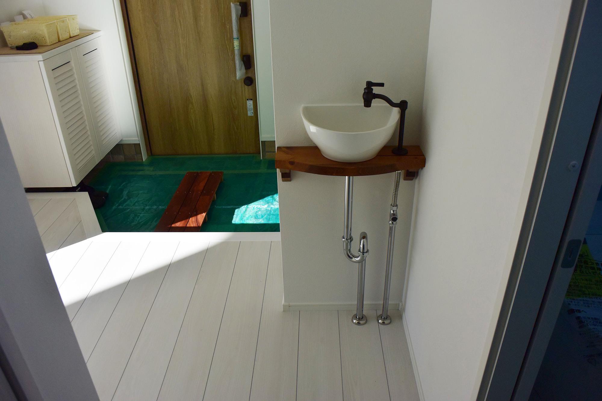 玄関を入ると可愛くおしゃれな手洗いコーナが設けられています。