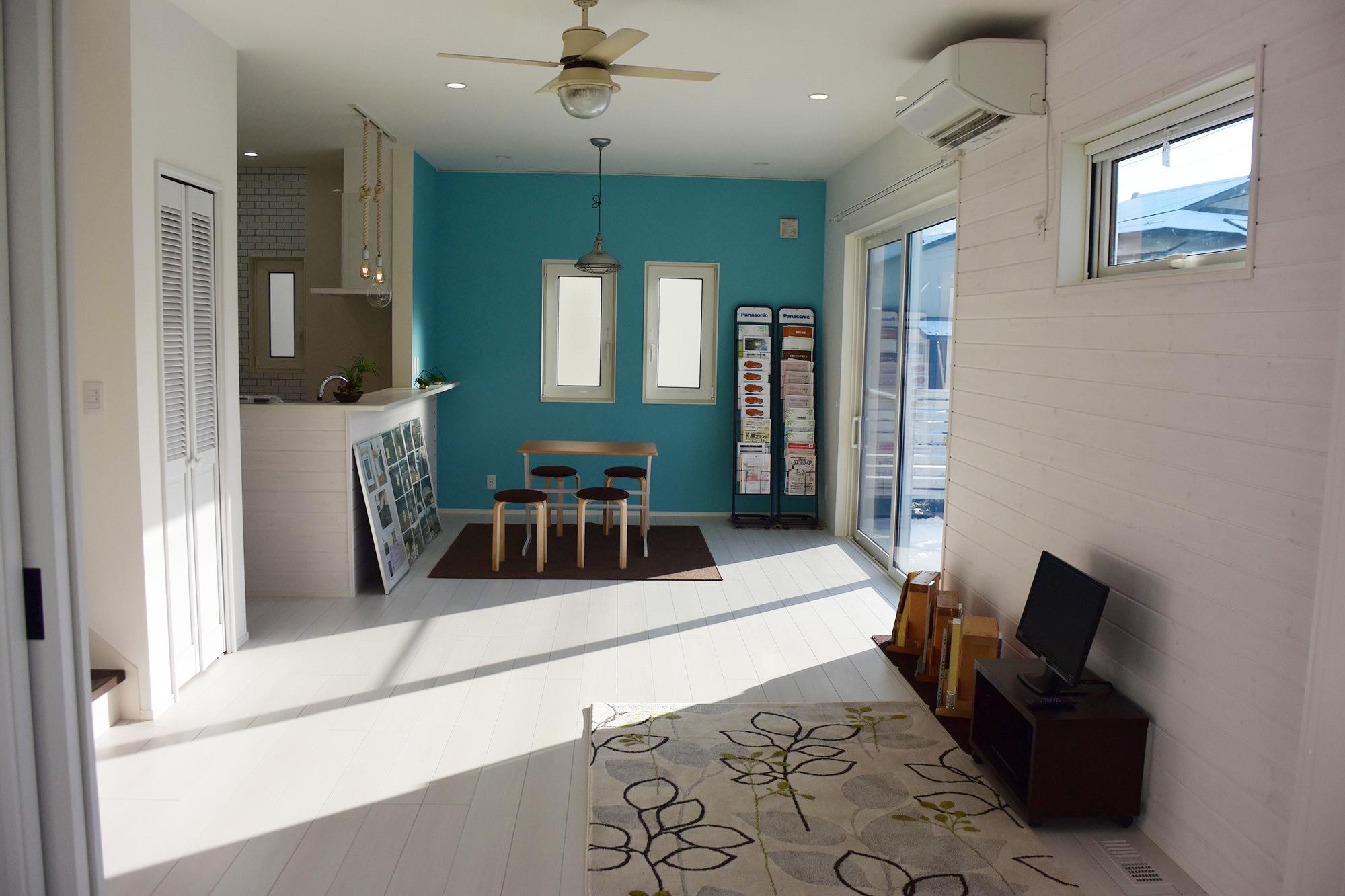 ハイセンスなリビングキッチン。天井にはシーリングファンも設置。照明も工夫が凝らされ、驚くほどおしゃれな空間です。
