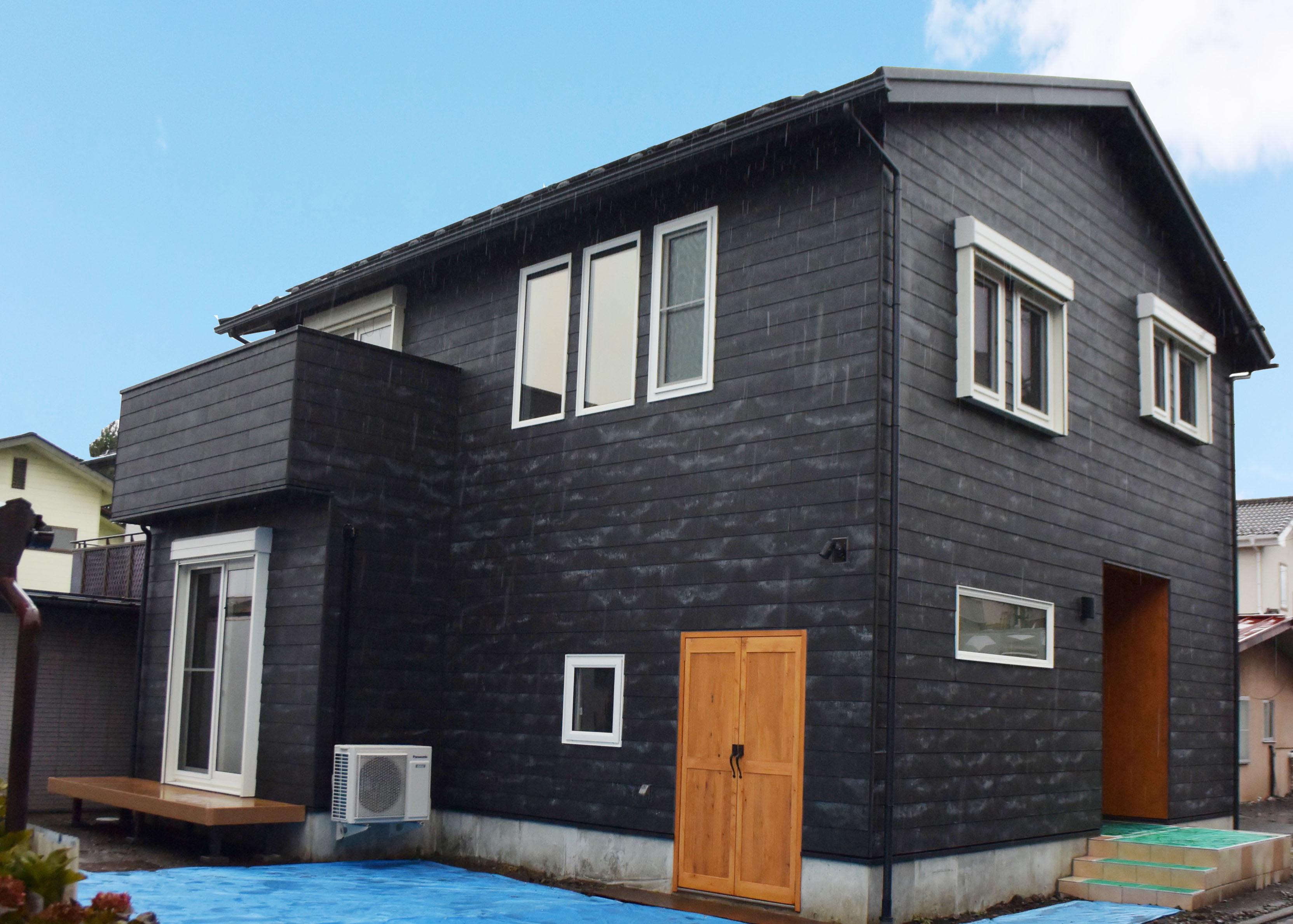 外壁は新商品の黒セメント板下見張り。独特の質感で、あえて塗装せず経年変化を楽しむ。