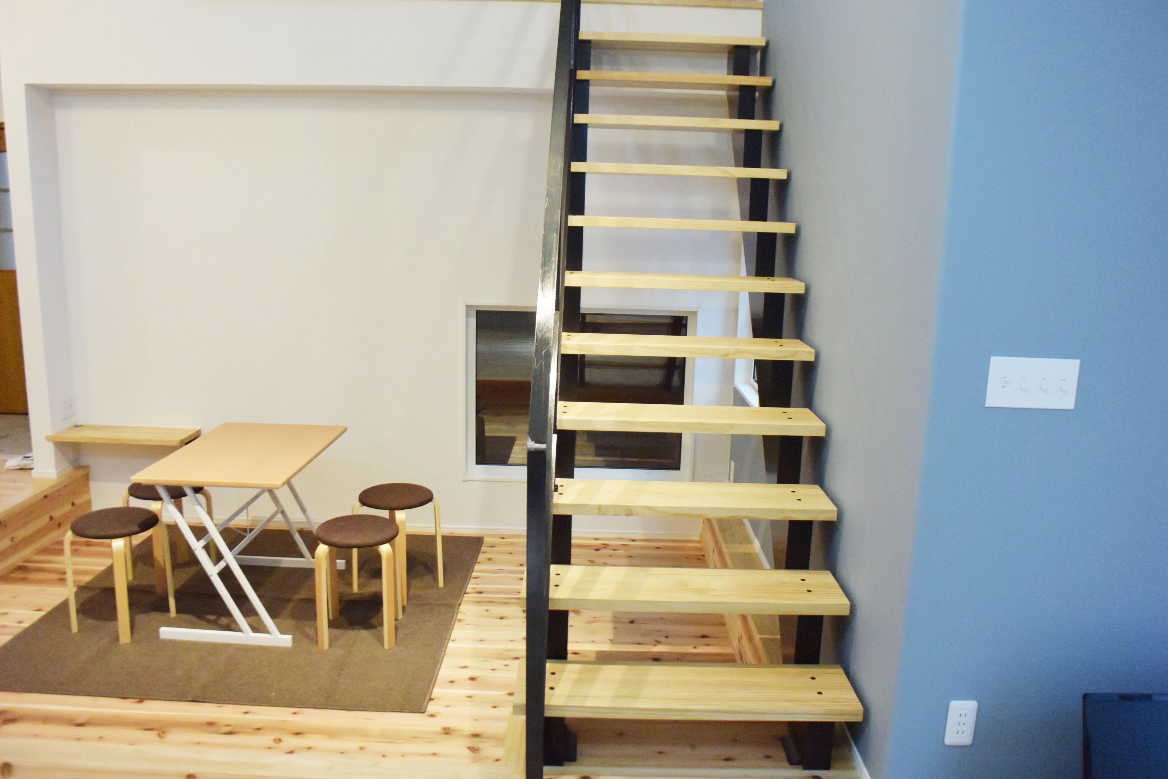 節のある杉板のフローリング、合板の棚板、DIYによる塗装・珪藻土塗りなど。
