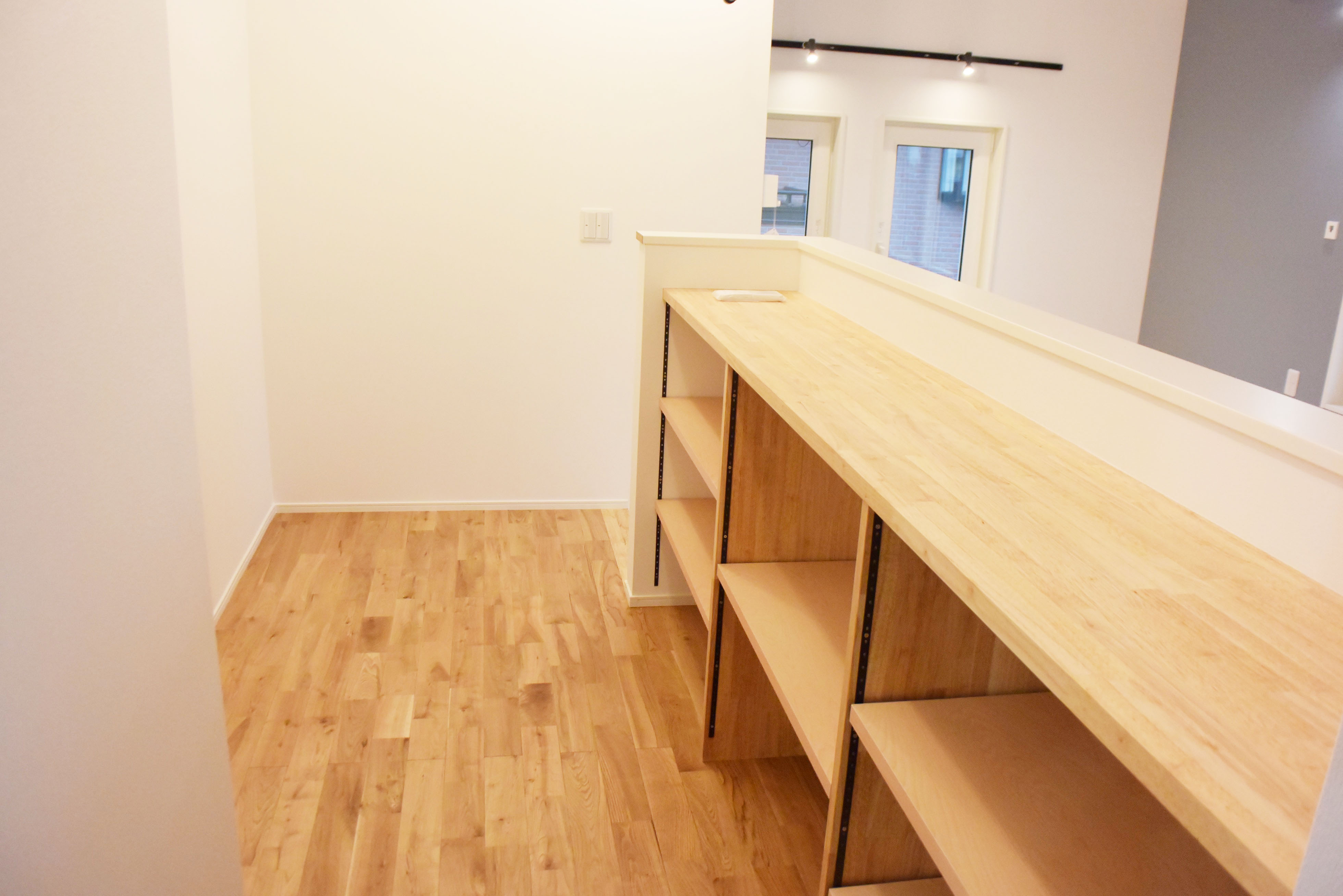 二階廊下に設置されたオリジナルの収納棚。