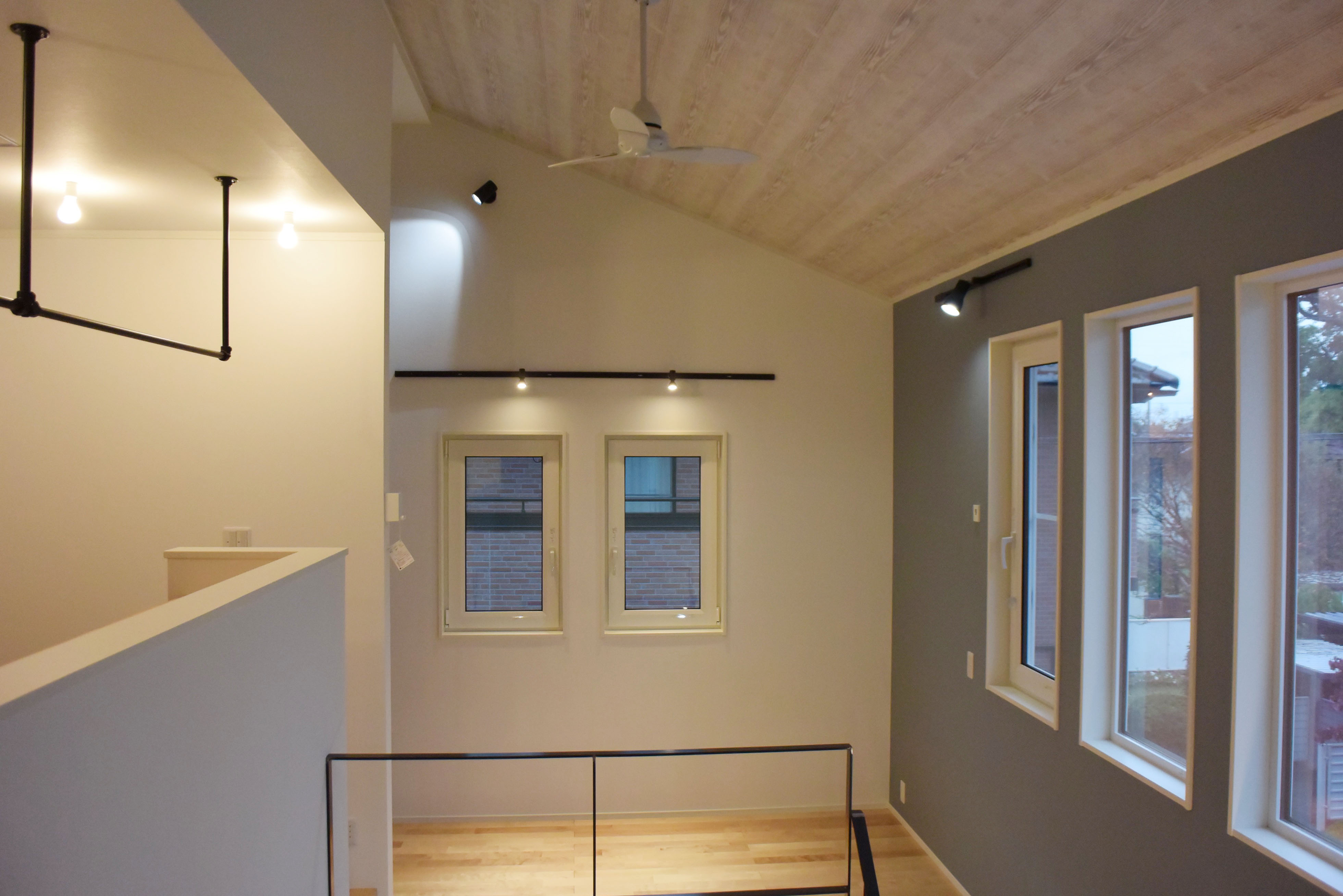 吹抜けから勾配天井へ続く解放感抜群の空間のデザイン。