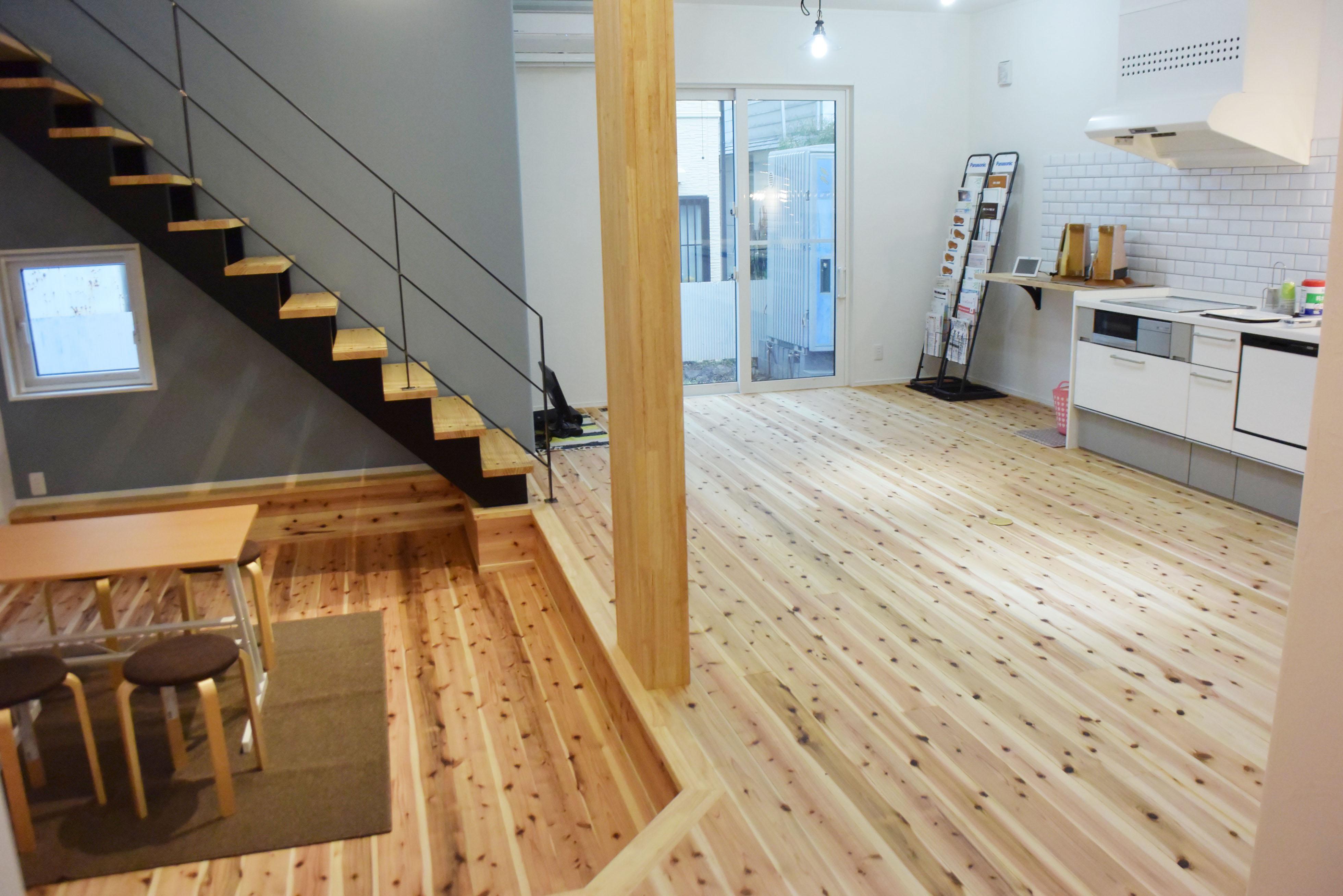 床を掘り下げたリビング部分、オープン階段でつながるスキップフロアのフリースペース。