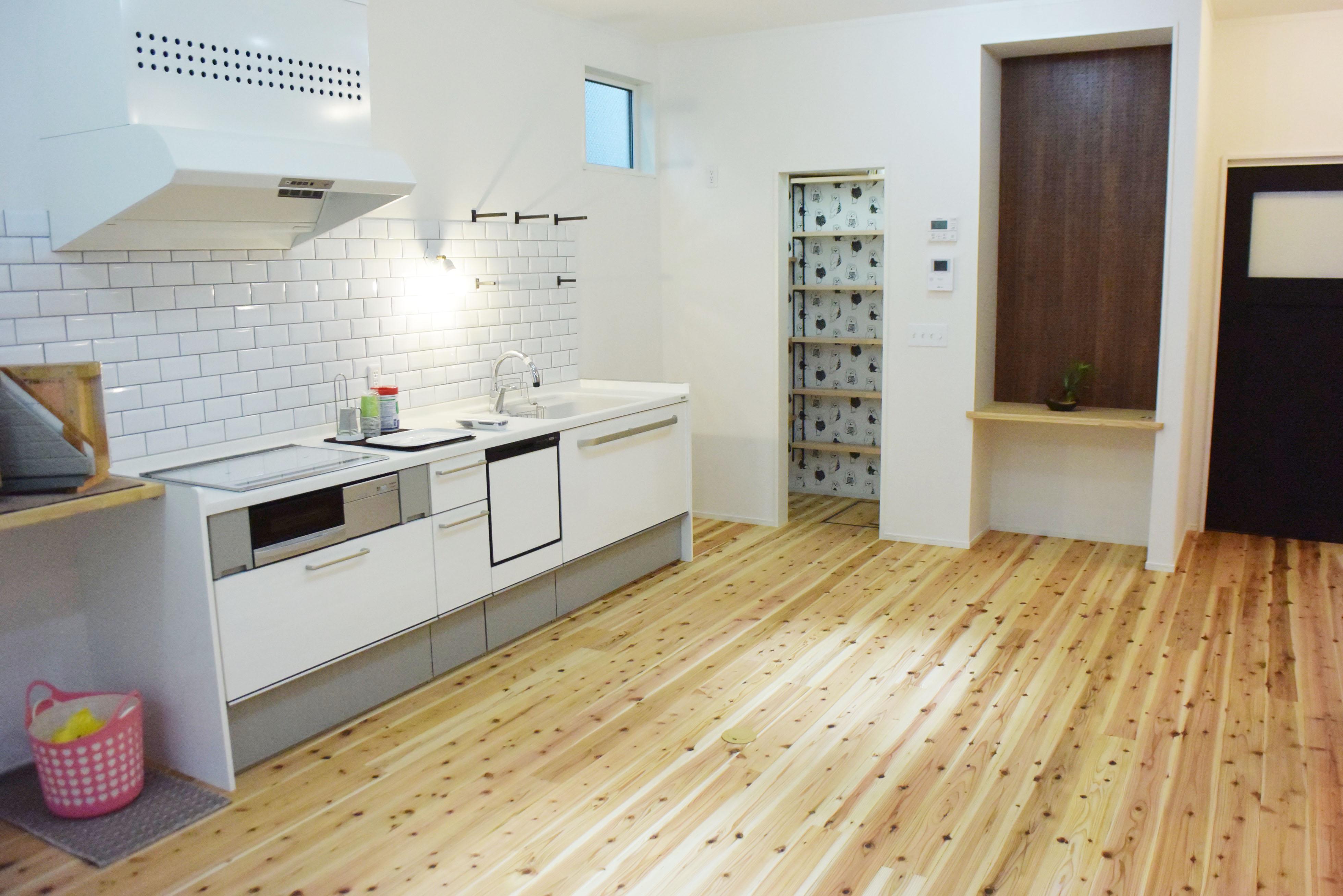 キッチンカウンターの右側には、おしゃれなバントリースペースを設置しました。