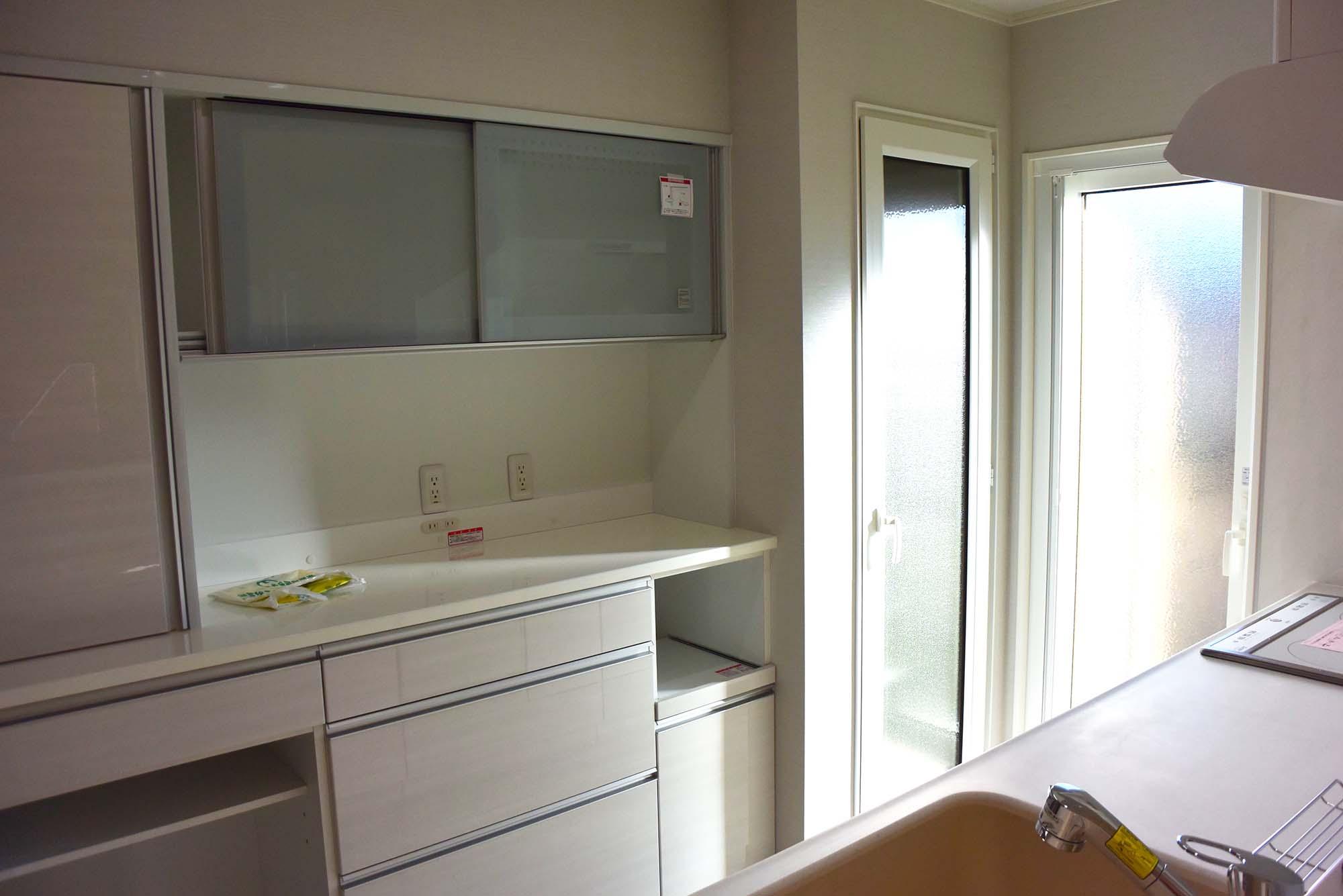 キッチンスペースの右端には、大きな冷温庫を設置しました。