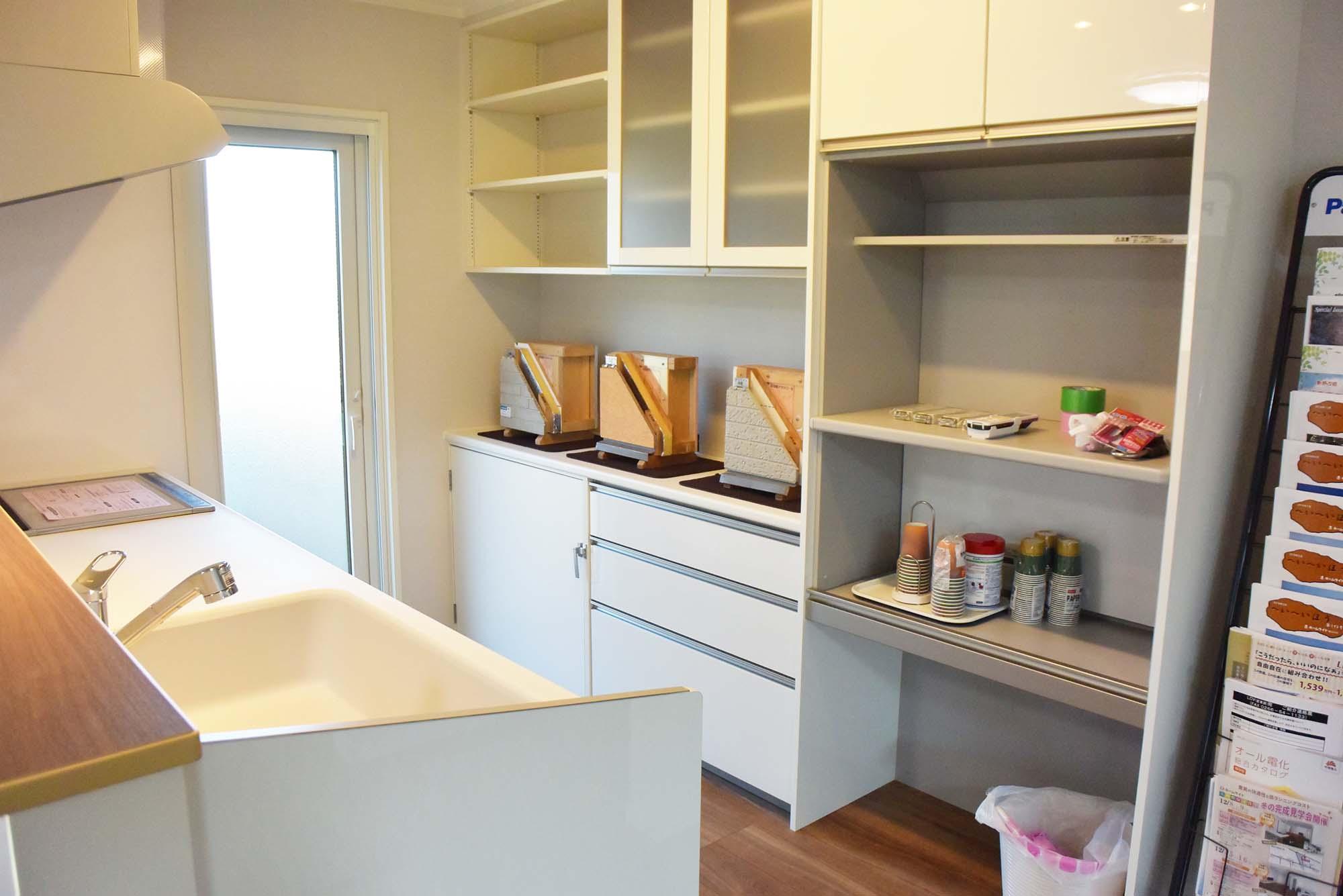 使い勝手の良い食器棚の奥にはオリジナルの冷温庫も設置しました。