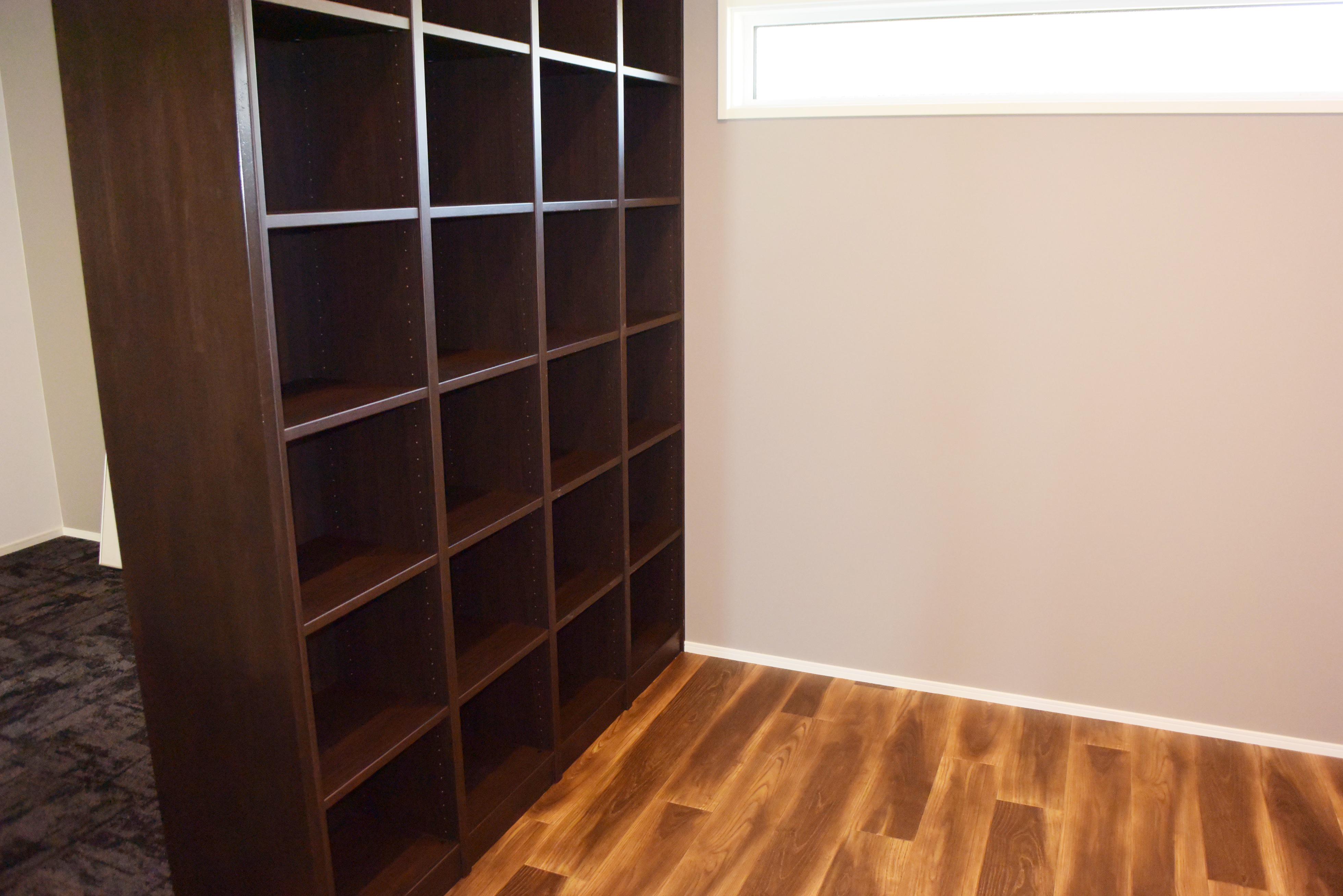 一階には収納たっぷりの棚が備えられた洋室があります。