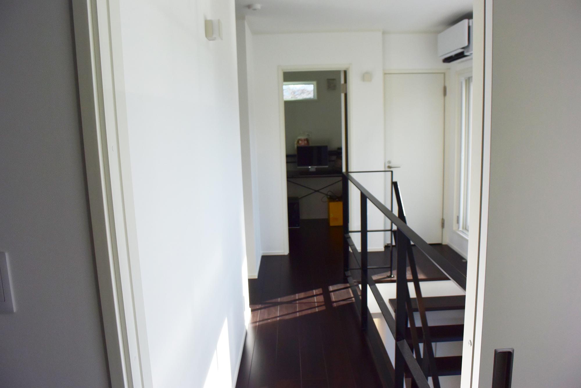 二階廊下は燦々と陽の光も感じながら、しあわせな空間となっています。