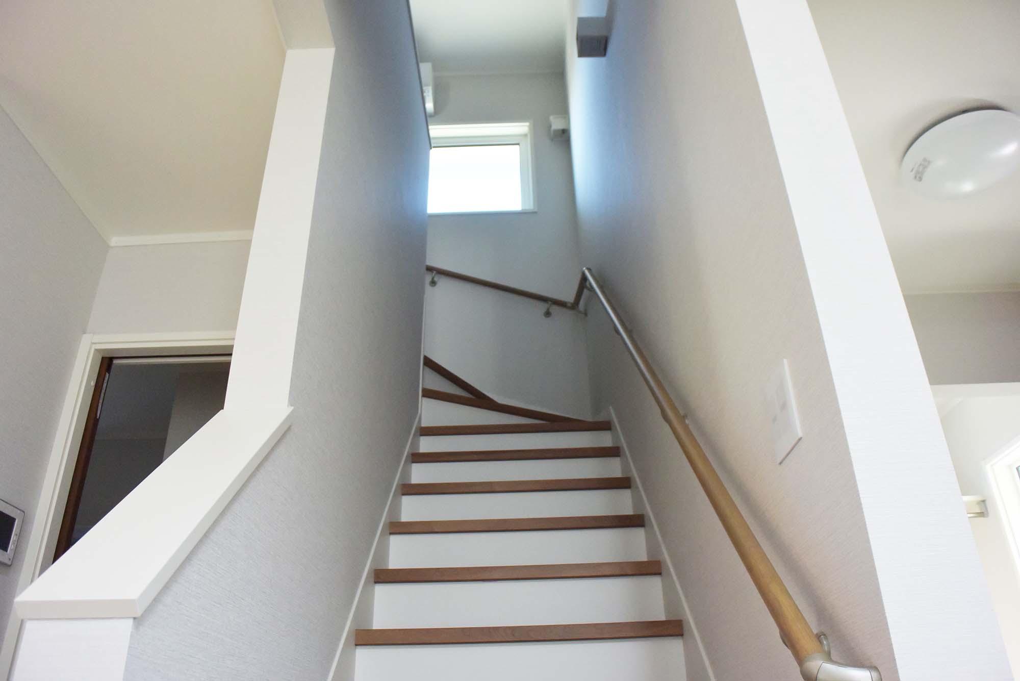 美しく見栄えの良い手摺り階段で二階へ上がります。