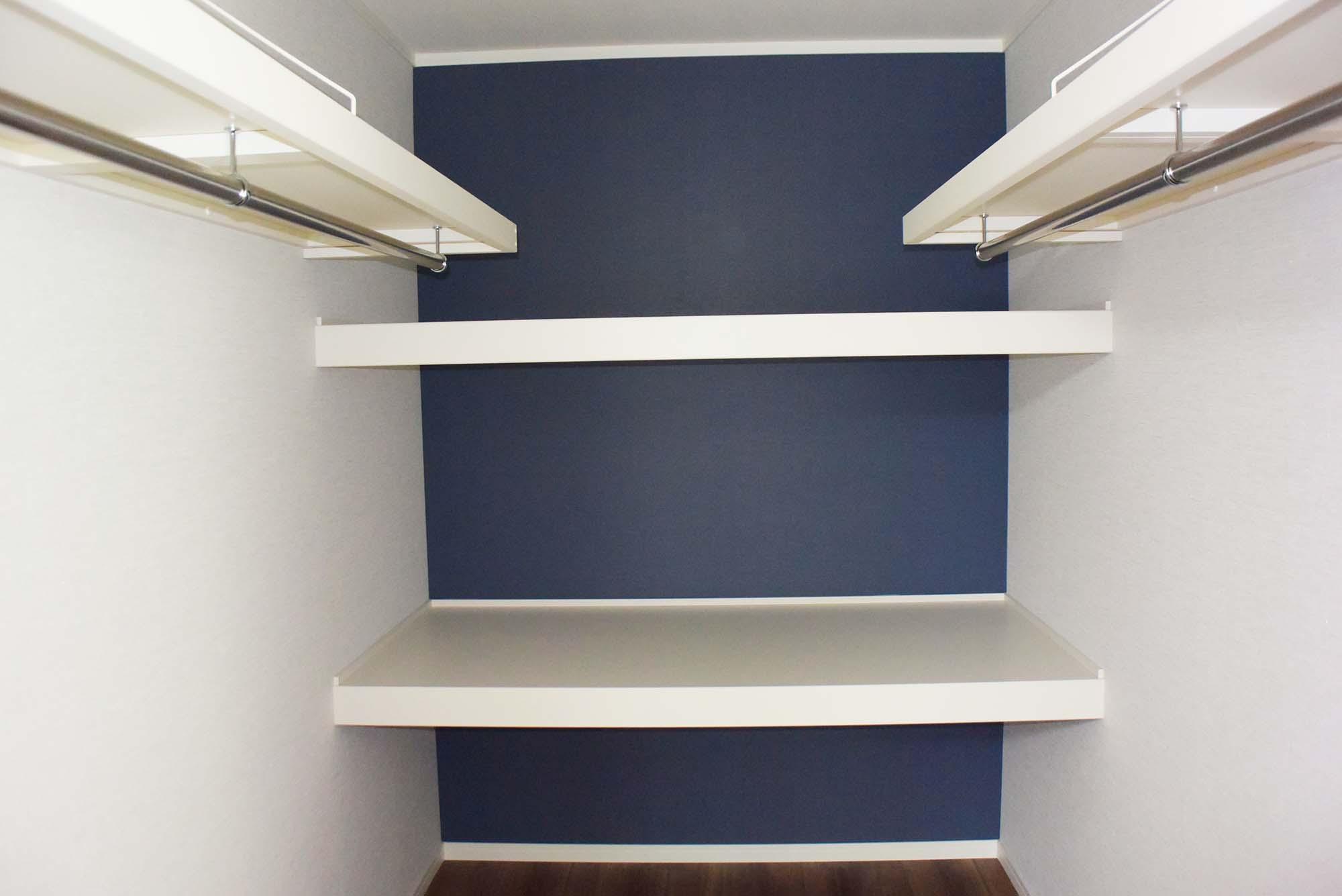 主寝室の奥にある収納力豊かなWIC。