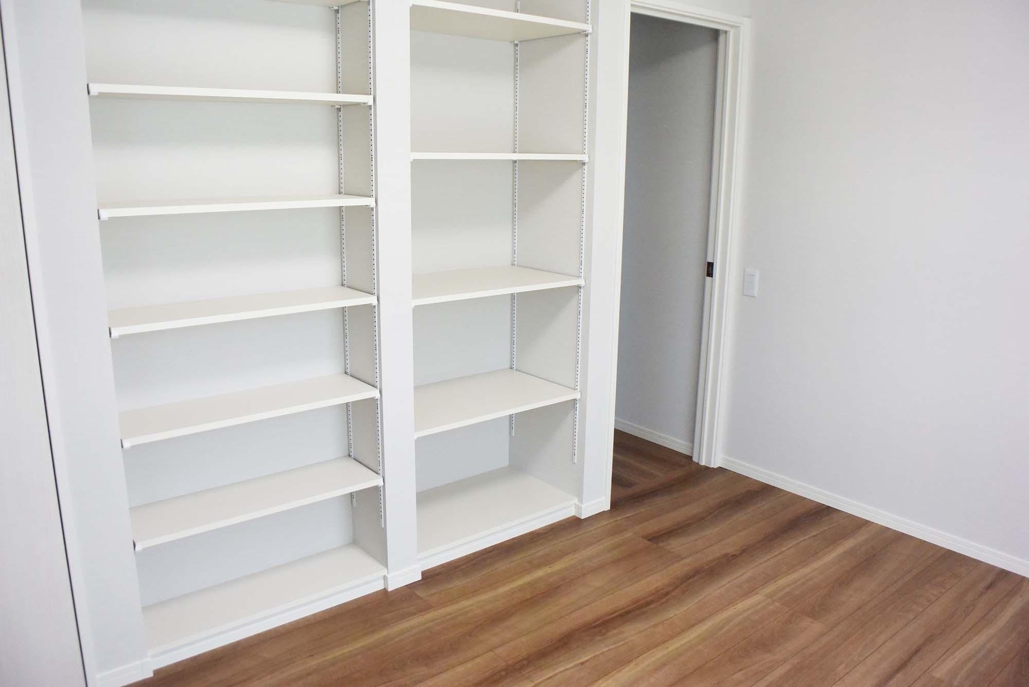 収納たっぷりの棚を据え付けた2階洋室。