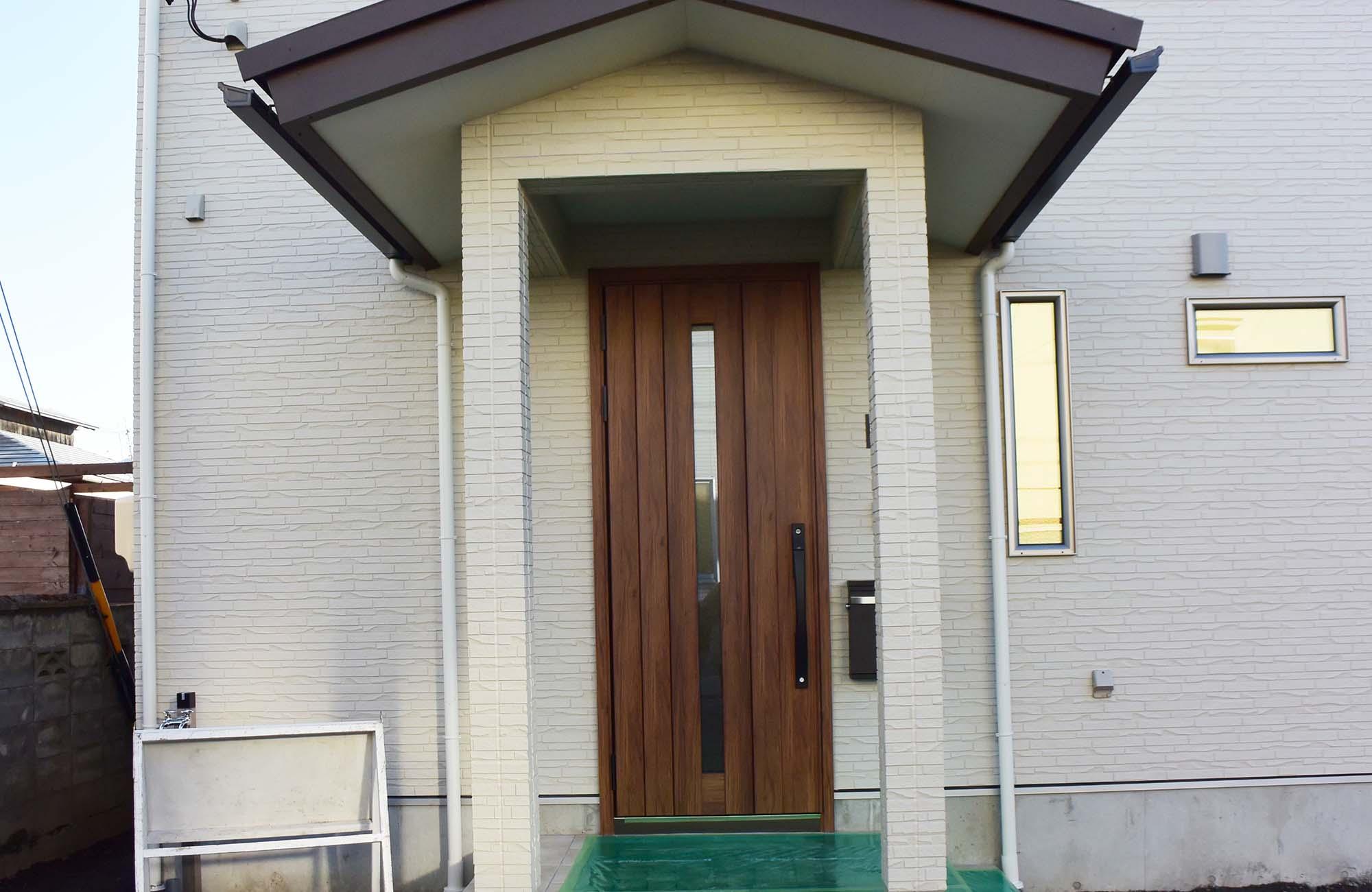 落ち着いた色合いの綺麗な外壁。堂々とした玄関ポーチ。