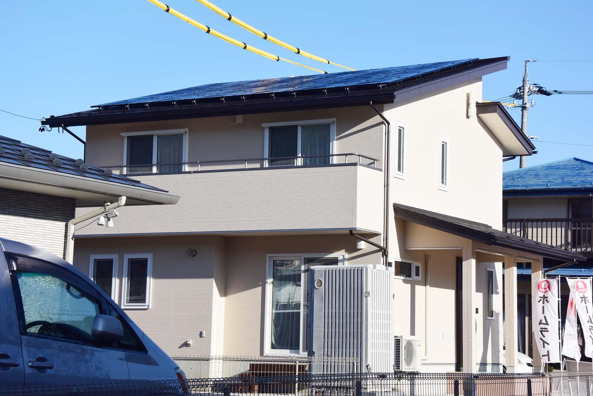 屋根にはSolar Frontierの太陽光発電を搭載しています。