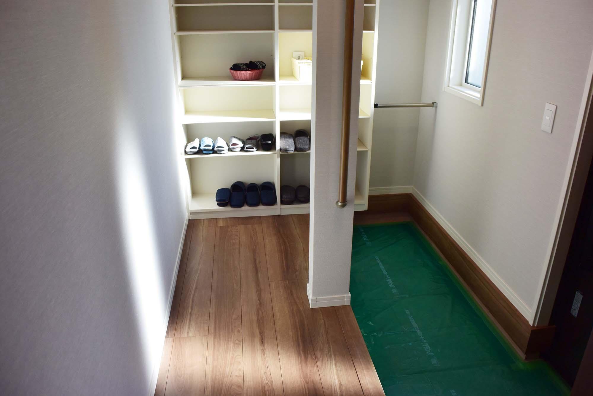 玄関ホール右手には収納力たっぷりのシューズクロークを設置しました。