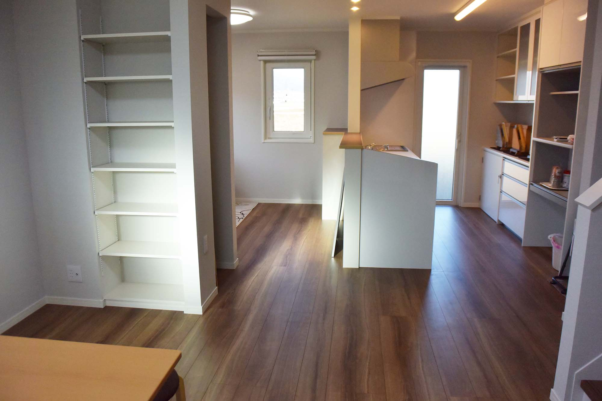 広いリビングキッチンの中央に、とても便利な収納スペース。