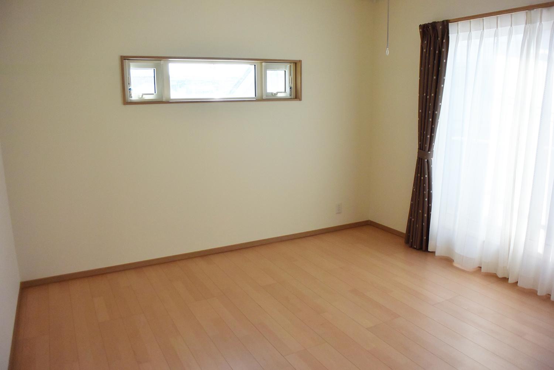 二階、陽光が心地よい主寝室。