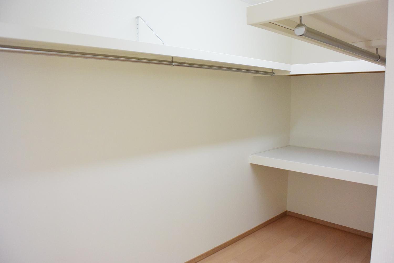 主寝室の奥にあるWIC。とても広くて収納力抜群です。
