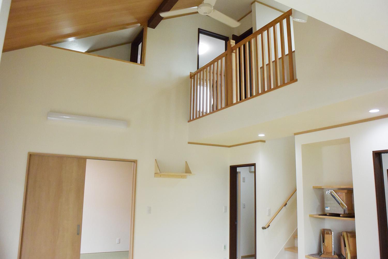 吹き抜けの斜め天井にはファンも設置。なんと開放的な空間でしょう。