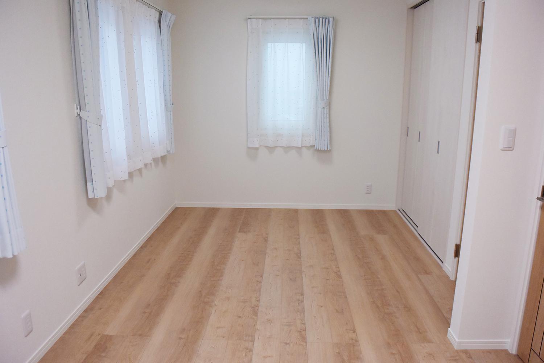 将来間仕切り可能な子供部屋。明るくて清潔感いっぱいです。