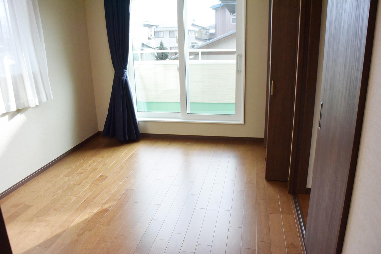 2F洋室。窓からの眺めもとても良い、心地よい部屋です。