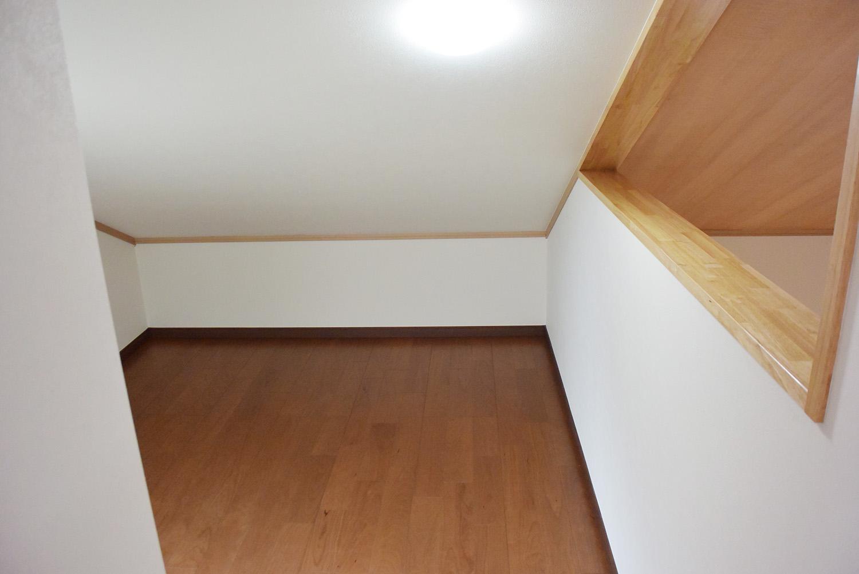 小屋裏収納スペース。左右にありとても重宝しそうです。